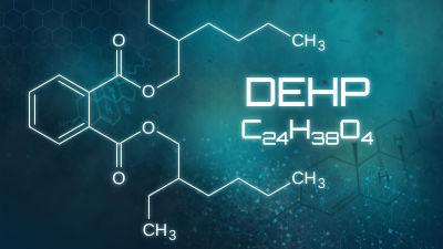En kemisk formel på en ftalat vid namn DEHP samt visualisering.