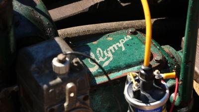 En gammal båtmotor av märket Olympia.