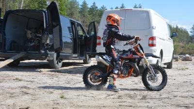 En ung motocrossförare.