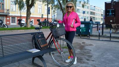 Emma Tustanovskaya poserar vid sin cykel
