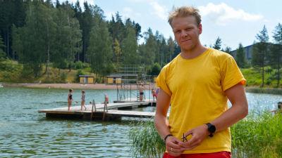 Rasmus Kettunen tittar in i kameran på stranden