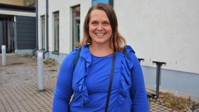 Bild av Marjaana Hoikkala, kommunfullmäktigeledamot, står framför Villa Lande.