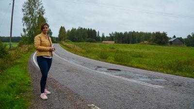 Christel Björkstrand står vid en djup grop i vägen