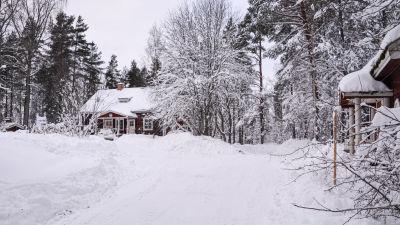 En snötäckt gård.