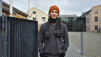 Max Silo framför Arken vid Åbo Akademi.