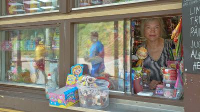 Lehti Lind säljer godsaker i kiosken