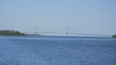 En stor bro sedd från sjön och på några kilometers avstånd.