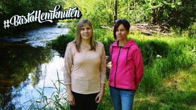 Två kvinnor står vid en å.
