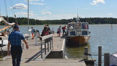 Färjan tar upp människor på Svartholm