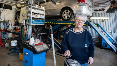 Veronica Wirbergh i sin bilverkstad.
