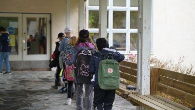 skolbarn som går i led hem från skolan