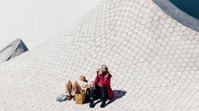 Kaksi naista nauttimassa auringosta Helsingin keskustassa 24. toukokuuta 2021.