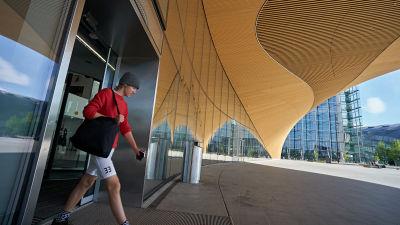 En man går ut genom dörren till centrumbiblioteket Ode.