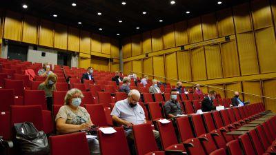 Kommunfullmäktigeledamöter i Kimitoön sitter i ett auditorium under första mötet sedan valet.