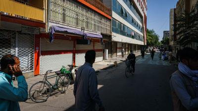 Chicken Street oli päivä talibanien valtauksen jälkeen hiljainen, kauppiaat odottivat uusilta vallanpitäjiltä lupaa avata liikkeensä.