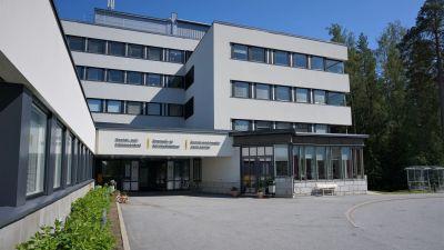 Ingången till en sjukhusbyggnad.