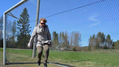 Kommundirektör Gun Kaptens i Larsmo tar ett glädjeskutt vid tanken på de nya idrottsanläggningarna i kommunen