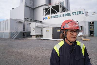 Åsa Bäcklin står framför Hybrits anläggning i Luleå.