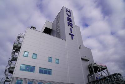 Hybrits anläggning i Luleå, bild på en blå text där det står hybrit.