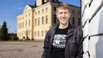 Jussi Vatanen Haminan raatihuoneen edustalla
