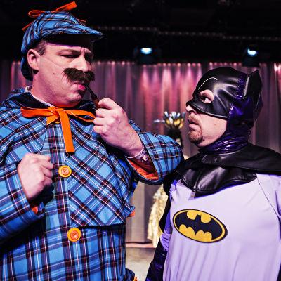 Poliserna Thomas Holm (Jonas Bergqvist) och Dick Sten (Johan Aspelin) i pjäsen Maskeradmordet.