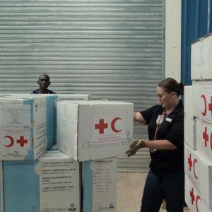 Lådor med katastrofhjälp från Röda Korset