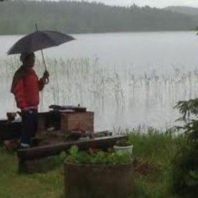 anoppi grillaa sateessa