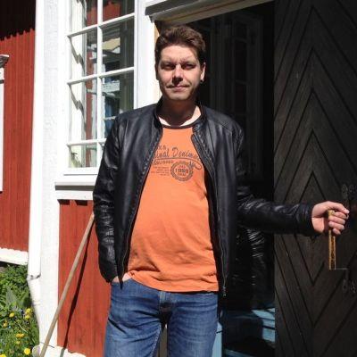 Aki Ollikainen tekee lähtöä Eeva Joenpellon kirjailijakodista Sammatista.