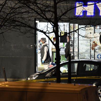 Poliisit tutkivat juutalaisen ruokakaupan ympäristöä Porte de Vincennesissa lauantain vastaisena yönä.