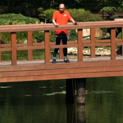 Darek Fidyka seisoo sillalla.
