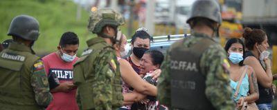 Anhöriga väntar på nyheter utanför fängelset i hamnstaden Guayaquil, i västra Ecuador.