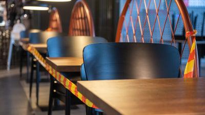 Tomma bord på restaurang.