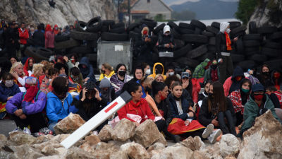 Också kvinnor samlades vid barrikaderna i Cetinje på söndagen för att försöka stoppa installationsceremonin.