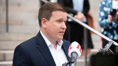 Ville Tavio puhumassa lehdistötilaisuudessa.