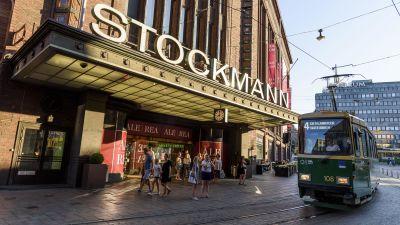Stockmanns byggnad i Helsingfors. En spårvagn kör förbi.