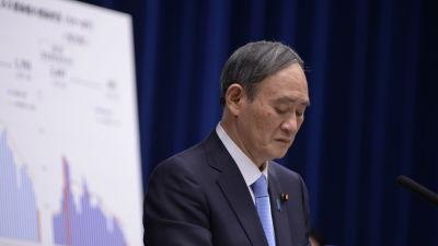 Premiärminister Yoshihide Sugas popularitet har rasat dramatiskt sedan han i höstas efterträdde sin långvarige chef Shinzo Abe.