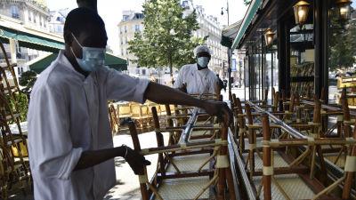 """Personal vid det berömda caféet """"Les deux Magots"""" förbereder öppningen uteserveringen då Frankrike lättar på sina virusrestriktioner."""