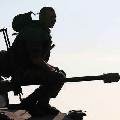 venäläinen sotilas istuu panssariajoneuvon päällä Rostovin alueella 30 km:n päässä Venäjän ja Ukrainan välisestä rajasta 15. elokuuta.