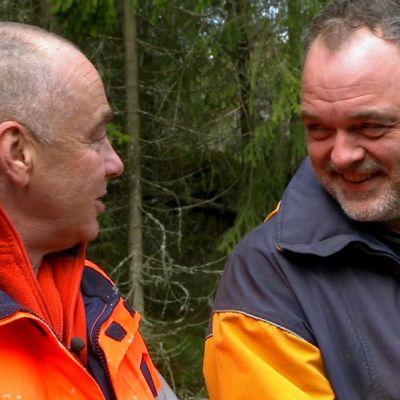 Göran Palm och Charles Plogman i skogen.
