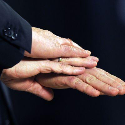 ThyssenKruppin toimitusjohtaja Heinrich Hiesingerin, Outokummun toimitusjohtaja Mika Seitovirran ja Inoxumin toimitusjohtaja Clemens Illerin kädet päällekäin.