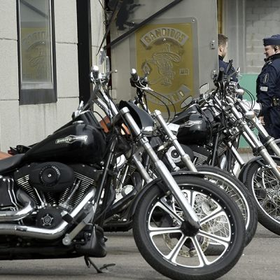 Moottoripyörärivistö  Bandidoksen kerhotilan ulkopuolella Helsingissä Kyläsaaressa.