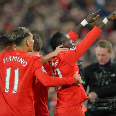 Sadio Mane tuulettaa yhdessä Liverpoolin kanssa.