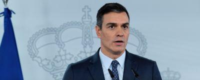 Man i kostym och mörkt hår står framför en ljus bakgrund med en bild på en kunglig krona. Spaniens premiärminister Pedro Sanchez utlyser i Madrid den 25 oktober nationellt nödläge i Spanien.