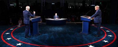Biden ja Trump seisovat lavalla puhujanpönttöjen takana. Biden puhuu juuri, Trump katsoo häntä. Heidän keskellään näkyy Chris Wallace.