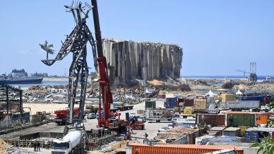 Arbetare insallerar ett minnesmärke i Beiruts hamn.
