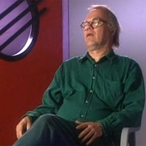 Runoilija Markku Into istuu haastateltavana vuonna 1997.