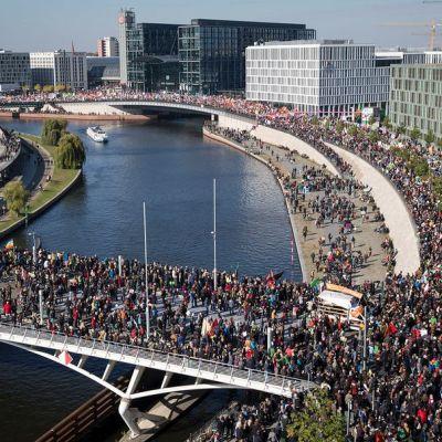 Yleisnäkymä Berliinissä järjestetystä TTIP:n vastaisesta mielenosoituksesta, johon odotettiin yli 50 000 osallistujaa.