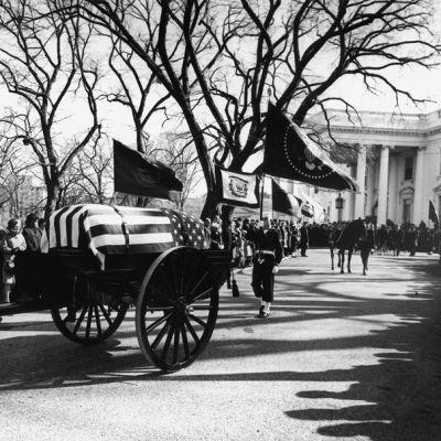 Yhdysvaltain presidentin John F. Kennedyn hautajaissaatto lähdössä Valkoisesta talosta kohti St. Matthew'n katedraalia Washington D.C.:ssä 25. marraskuuta 1963.