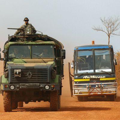 Ranskalaissotilaiden ajoneuvo ohitti paikallisbussin Malin keskiosissa 27. tammikuuta.