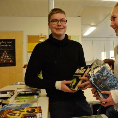 Tervolan Lapinniemen koulun oppilaat Oskari Mattinen ja Emma Mäkipeura.